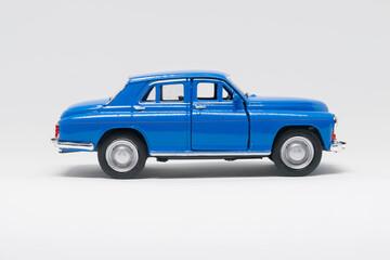 Obraz Warszawa samochód zabawka koloru niebieskiego na białym tle - fototapety do salonu