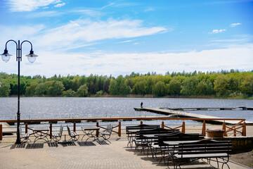 Obraz ogródek piwny przy barze nad jeziorem - fototapety do salonu
