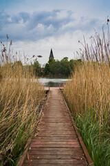 widok kościoła nad jeziorem  - fototapety na wymiar