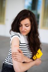 Obraz Sorgenvoll nach der Impfung gegen das Coronavirus  - fototapety do salonu