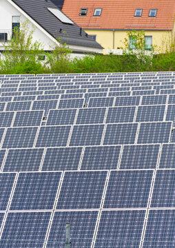 Moderne Solaranlage am Rande von Wohngebiet, Hochformat