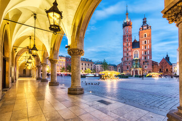 Obraz St. Mary's Basilica on the Krakow Main Square at Dusk, Krakow - fototapety do salonu