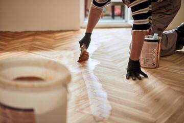 Obraz Repairman restoring old parquet hardwood floor. - fototapety do salonu