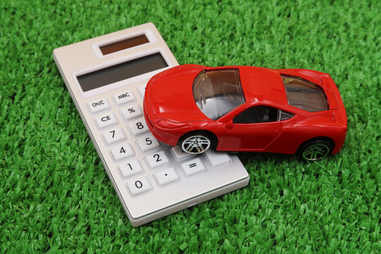 車のローンや保険の費用を計算機で調べる