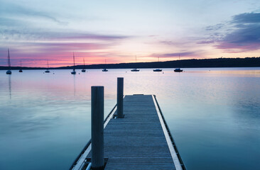 Stiller Sonnenaufgang am See