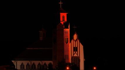 oświetlony kościół nocą - fototapety na wymiar