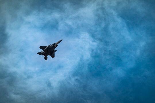 戦闘機のシルエット コピースペース