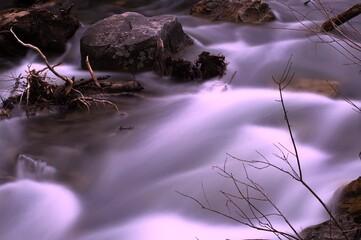 Alpejski potok w górach. Długo naświetlane zdjęcie dla pięknego efektu rozmycia wody.
