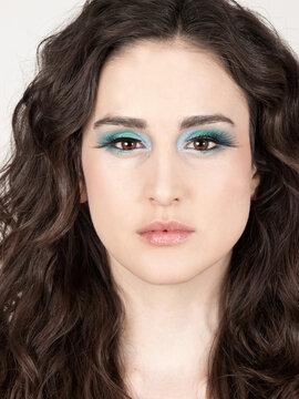 Retrato de mujer joven y bella mirando al frente con los ojos maquillados. Vista de frente y de cerca. Concepto: Beauty