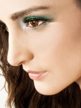 Retrato de mujer joven y bella mirando hacia un costado. Vista de frente y de cerca. Concepto: Beauty