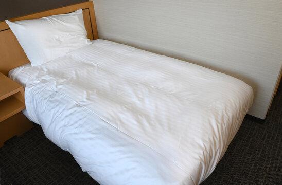 清潔なシーツが敷かれたベッド