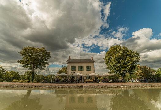 Maison éclusière sur le canal de Briare, Loiret, France
