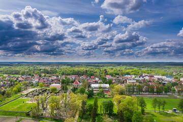 Iłowa. Mała, prowincjonalna miejscowość widziana z dużej wysokości. Zdjęcie z drona.