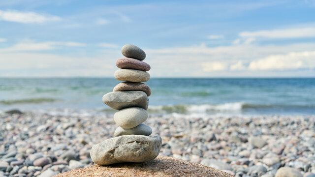 Stein Stapel als Zen Meditation Konzept am Strand