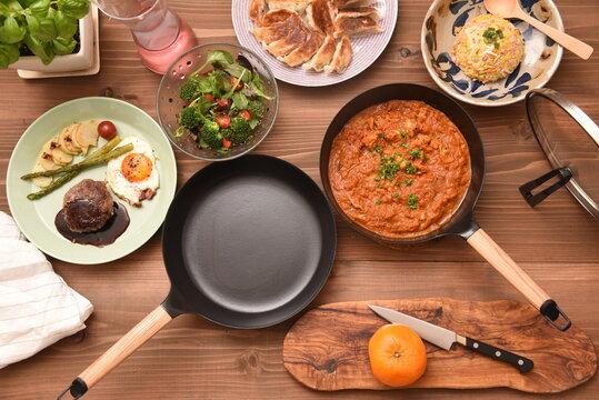 フライパンと料理とテーブル