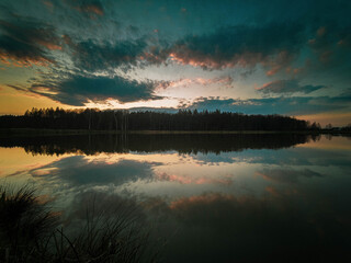 Fototapeta Zachód słońca za lasem obraz
