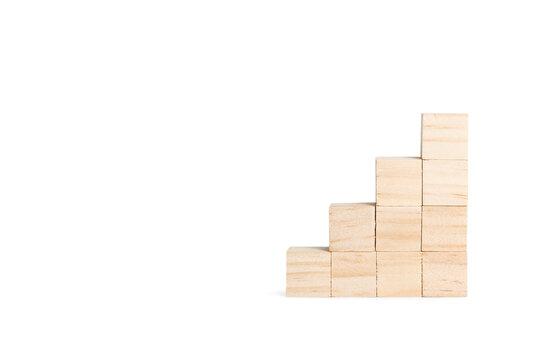 Cubos de madera en forma de piramida sobre un fondo blanco liso y aislado. Vista de frente y de cerca. Copy space. Concepto de negocio