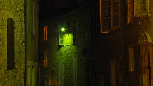 Lumière verte dans une ruelle, dans la ville de Condom, dans le Gers