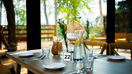 Obraz nakryty stół w restauracji  - fototapety do salonu