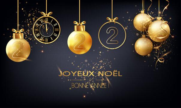 carte ou bandeau sur un joyeux noël et une bonne année 2022 en or avec des boules de noël suspendues de couleur or une horloge sur un fond noir avec des paillettes