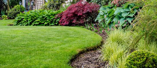 Obraz Piękny zadbany trawnik w ogrodzie - fototapety do salonu