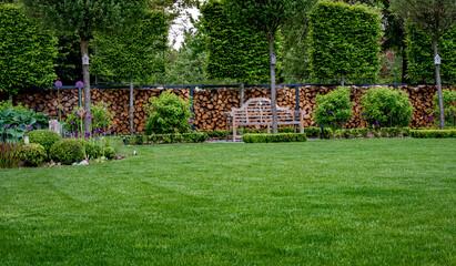 Piękny zielony zadbany trawnik w nowoczesnym ogrodzie