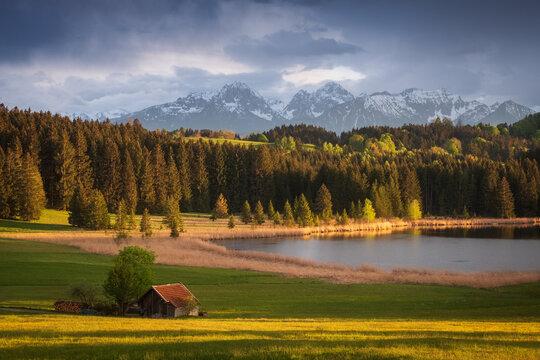 Abendstimmung über See im bayrischen Alpenvorland