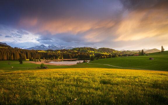 sonnenuntergang über dem bayrischen alpenvorland mt see und wiese