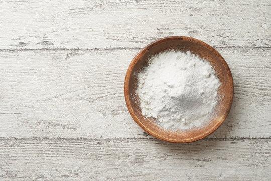 木の器に盛った小麦粉