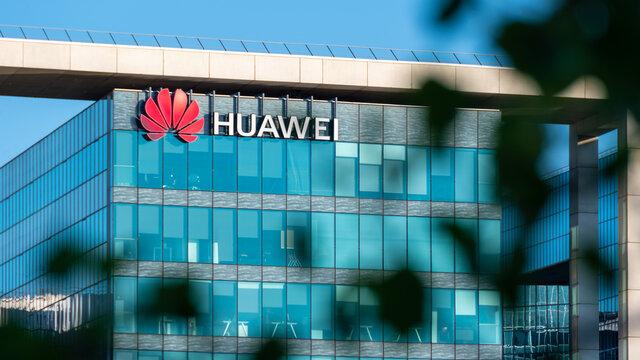 Boulogne-Billancourt, France - 6 juin 2021: Siège social français de Huawei Technologies, société multinationale chinoise qui développe et vend équipements de télécommunications et smartphones