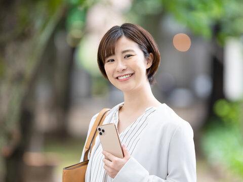 女性・ビジネス・スマートフォン