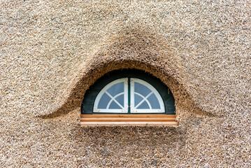 Wall Murals Cat Fenster im Dach einer Reetdachkate