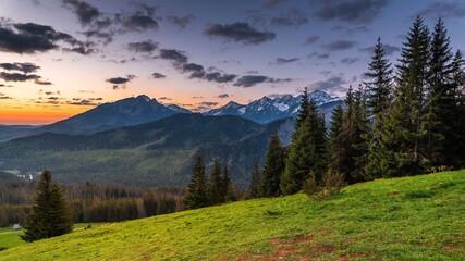 Fototapeta Widok na panoramę Tatr Wysokich z Rusinowej Polany w złotej godzinie obraz
