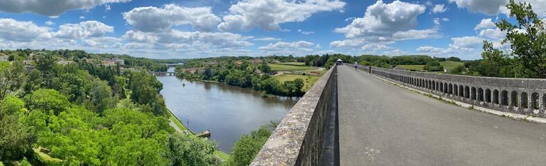 Obraz viaduc en pierre de l'Isle-Jourdain dans la vienne , vue du pont aérienne  - fototapety do salonu