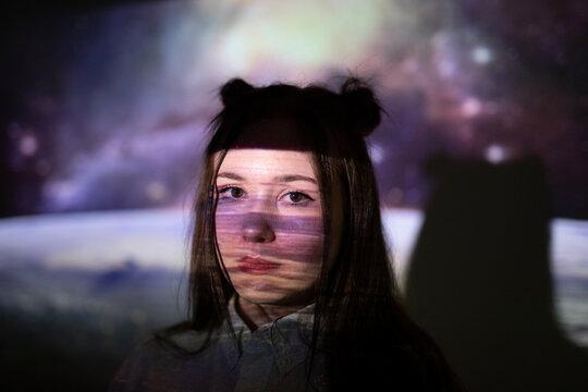 Junge Frau im Weltraum Projektion Beamer Technologie Farben colorisation by #tigerraw