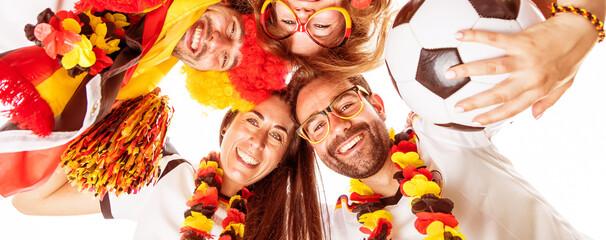 Gruppe glücklicher Fußballfans aus Deutschland feiern gemeinsam einen Meisterschaft Sieg