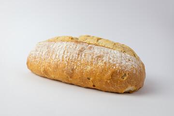 Tradycyjny chleb na białym tle.