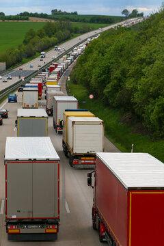 Viele LKWs im Stau auf der Autobahn