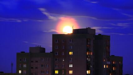 wschód księżyca nad miastem