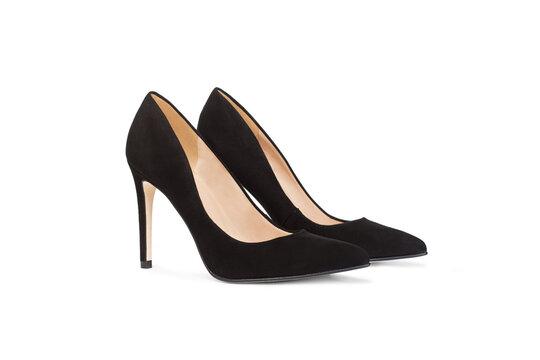 Zapatos negros de mujer de taco alto sobre un fondo blanco liso y aislado. Vista de frente. Copy space