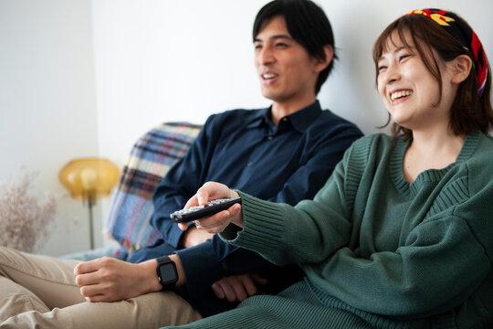 動画配信サービスを楽しむカップル