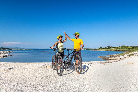 Croatia, Istria, Liznjan, happy couple on a seaside biketour