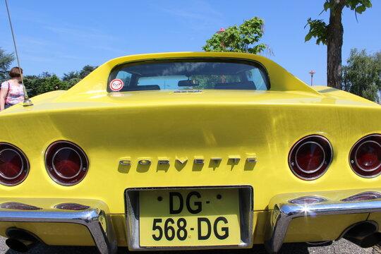 Chevrolet Corvette, voiture de sport americaine jaune 2 portes, ville de Saint Pierre de Chandieu, France