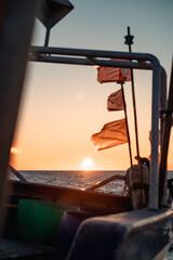 Zachodzące słońce w ciekawej kompozycji statku