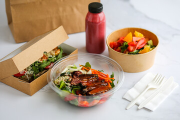 Food in boxes. Food delivery in craft boxes. Healthy food delivery to the court. Eko takeaway food. Beef Wellington with vegetables. Lunch delivery. Lunch box. Proper nutrition. Healthy food. Slimming