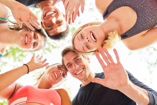 Gruppe Teenager als Freunde winken als Gruß