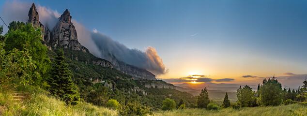 Obraz Puesta de sol a Montserrat - fototapety do salonu