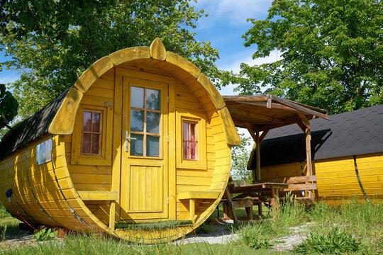 Schlaffass aus Holz zur Übernachtung auf einem Campingplatz in Deutschland