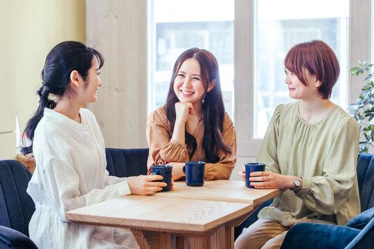 女子会・ランチ・カフェ・飲食店にきた女性たち