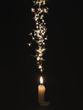 ろうそくの火と火花 縦長中央配置